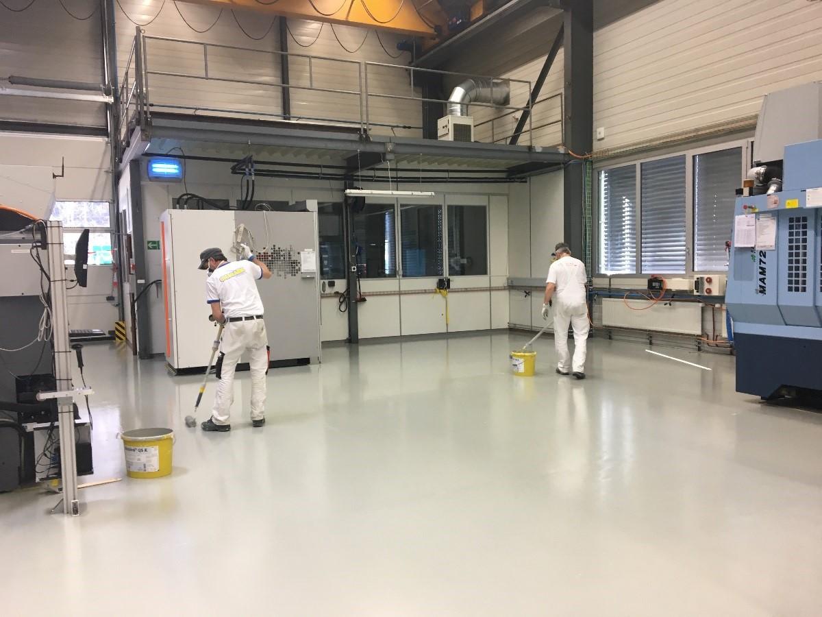 Bodenbeschichtung in mechanischer Werkstatt